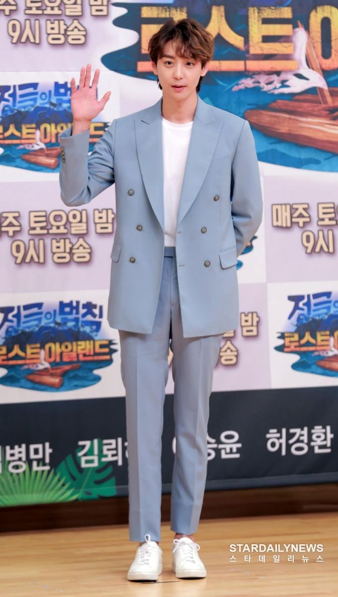 <p> Nam diễn viênKim Hyun Woo cũng là khách mời của show. Anh sở hữu visual không hề kém cạnh idol, nổi bật với đôi chân dài, khuôn mặt nhỏ.</p>