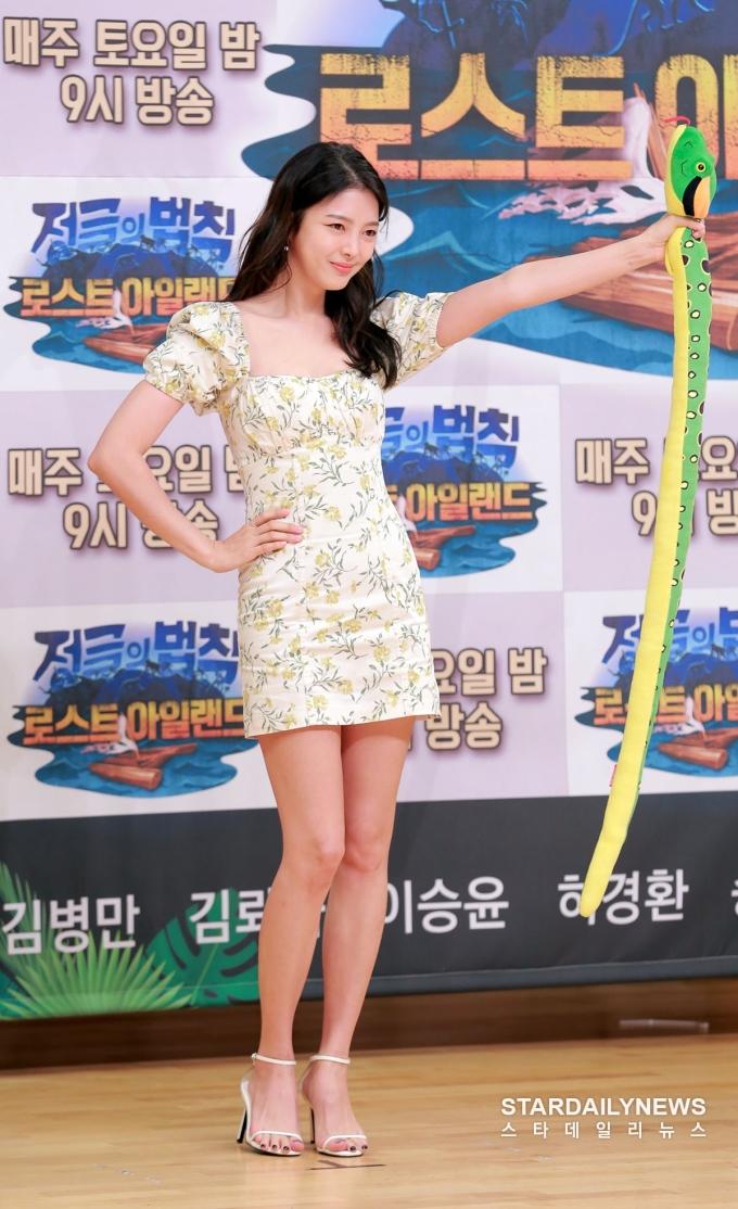 <p> Uhm Hyun Kyung sinh năm 1986 nhưng vẫn gây sốt nhờ khuôn mặt trẻ trung, hình thể săn chắc. Nữ diễn viên khoe vẻ đẹp quyến rũ hút ánh nhìn so với đàn em sinh năm 1999.</p>