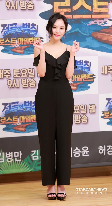 <p> Lee Yeol Eum ghi điểm với bộ jumpsuit đen thanh lịch, hở vai đầy quyến rũ. Nữ diễn viên sinh năm 1996 được khen ngợi bởi vẻ đẹp sắc sảo, đầy thu hút.</p>