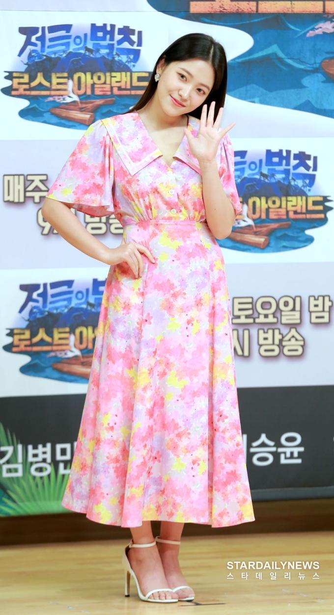 """<p> Yeri thường bị netizen chỉ trích vì hình thể kém thon gọn. Ngôi sao nhà SM có """"eo bánh mì"""", thường mặc kiểu váy dáng dài giấu nhược điểm cơ thể.</p>"""