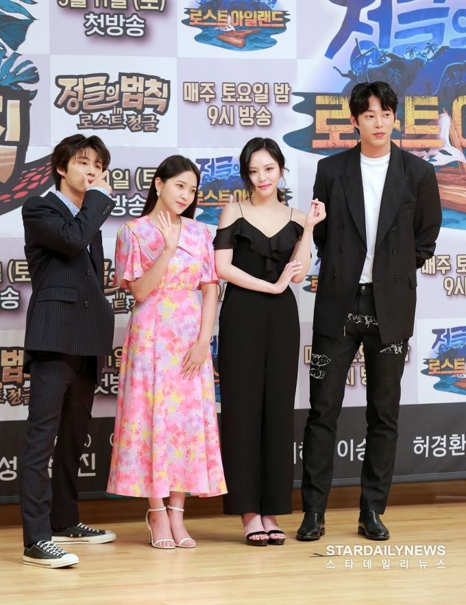 <p> Yeri lộ nhược điểm hình thể khi đứng cạnh nữ diễn viên Lee Yeol Eum. Sinh năm 1999 nhưng em út Red Velvet lại chọn chiếc váy quá kín đáo, già dặn khi tham dự sự kiện.</p>