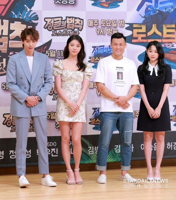 <p> Có 4 nghệ sĩ nữ tham gia ghi hình. Trong buổi họp báo, Uhm Hyun Kyung xuất hiện với bộ váy bó sát họa tiết, khoe đôi chân dài. Vẻ gợi cảm, nữ tính của nữ diễn viên lấn át Mina (váy liền đen). Nữ idol có ngoại hình giống học sinh, kém nổi bật hơn Uhm Hyun Kyung.</p>