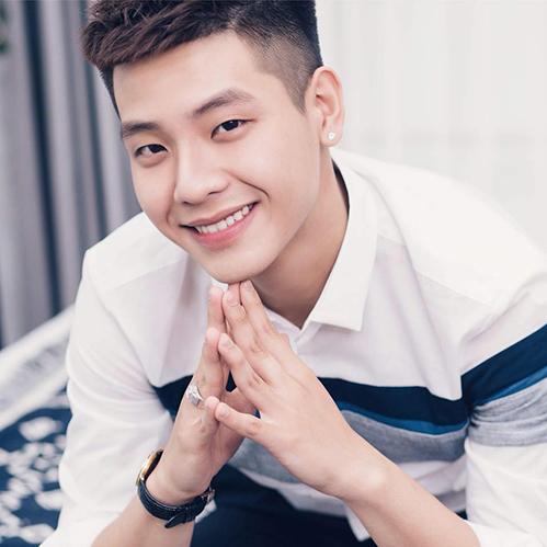 Quân là cựu học sinh THPT Phan Đình Phùng, đang là sinh viên của trường Văn hóa Nghệ thuật Quân đội. Anh chàng có khuôn mặt điển trai kiểu Hàn Quốc, giọng hát mộc mạc, cảm xúc.