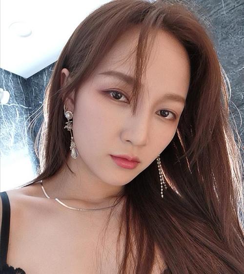 Jia là ca sĩ, diễn viên người Trung Quốc. Cô từng là một mẩu của girlgroup Miss A. Sau khi nhóm tan rã năm 2017, Jia rời JYP và ký hợp đồng vớiBanana Culture. Cô hiện đanghoạt động ở Hàn và Trung Quốc.