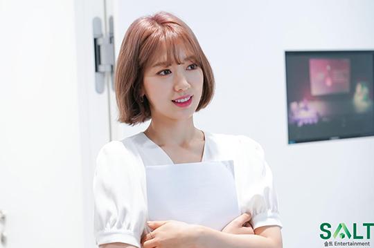 Trước đó, trong sự kiện quảng cáo, Park Shin Hye cũng khiến công chúng trầm trồ với tông tóc tím hồng cực nổi. Ngoại hình chuẩn idol của nữ diễn viên tiếp tục trở thành đề tài hot trên các diễn đàn.