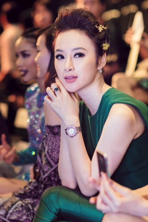 <p> Angela Phương Trinh từng đeo chiếc nhẫn kim cương giá hơn 1 tỷ đồng của hãng Bvlgari đi xem thời trang.</p>