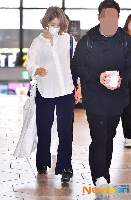 Đây là lần đầy Park Shin Hye nhuộm tóc màu nổi kể từ khi debut. Sau khi cắt tóc ngắn, nữ diễn viên liên tục thử nghiệm những tạo hình mới. Nhiều ý kiến cho rằng kiểu tóc của Shin Hye giống với các thần tượng Kpop.