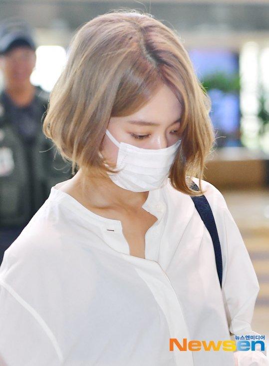 Chiều 10/5, Park Shin Hye lên đường sang Nhật để chuẩn bị cho buổi fanmetting. Nữ diễn viênmặc đồ tối giản gồm sơ mi trắng, quần ống rộng và khẩu trang che mặt mộc. Tuy nhiên, mái tóc váng mới của Park Shin Hye trở thành tâm điểm chú ý.