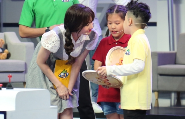 Hari Won ân cần với các nhóc tỳ nhà đồng nghiệp.