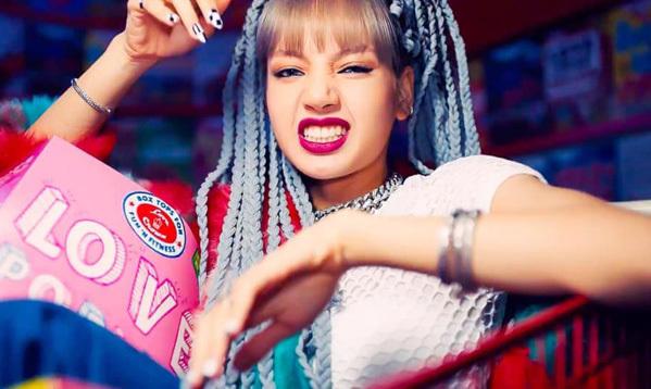 Nhờ gương mặt như búp bê, Lisa thoải mái thử nghiệm đủ kiểu màu son, lăng xê nhiều thỏi son thành xu hướng. Trong MV Kill this love mới đây của Black Pink, cô nàng giúp tông son tím hồng vốn bị chê sến trở nên được yêu thích.