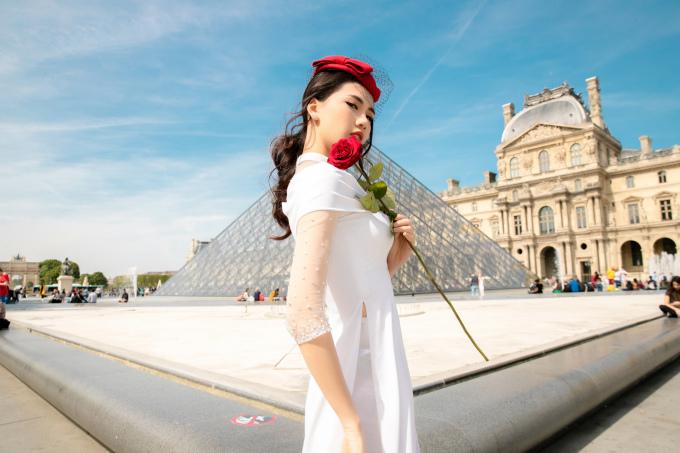 <p> Quỳnh Hoa mix bộ cánh trắng với mũ nồi đính ren tạo nên hình tượng quý cô.</p>