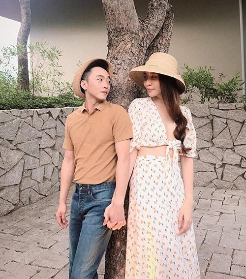 Cường Đô la diện đồ tông xuyệt tông, tay trong tay tình tứ với Đàm Thu Trang.