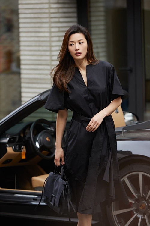 Gần đây, Jeon Ji Hyun cũng gây sốt với loạtảnh hậu trường của buổi chụp hình họa báo.