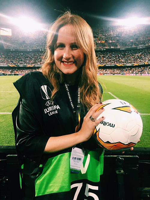 Monica Benavent là phóng viên dẫn hiện trường tại trận bán kết.
