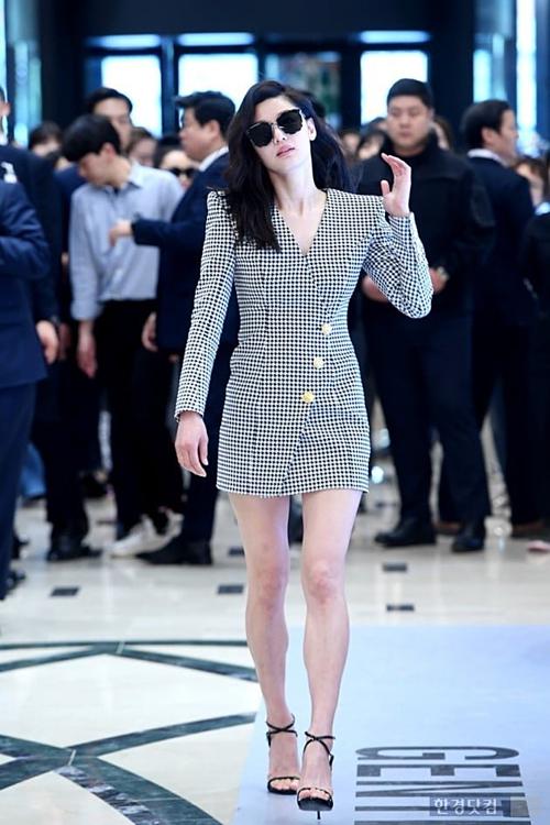 Chiều 10/5, Jeon Ji Hyun thu hút sự chú ý của công chúng và truyền thông khi dự một sự kiện thời trang tại trung tâm thương mại Shinsegae, Seochodong, Seoul.