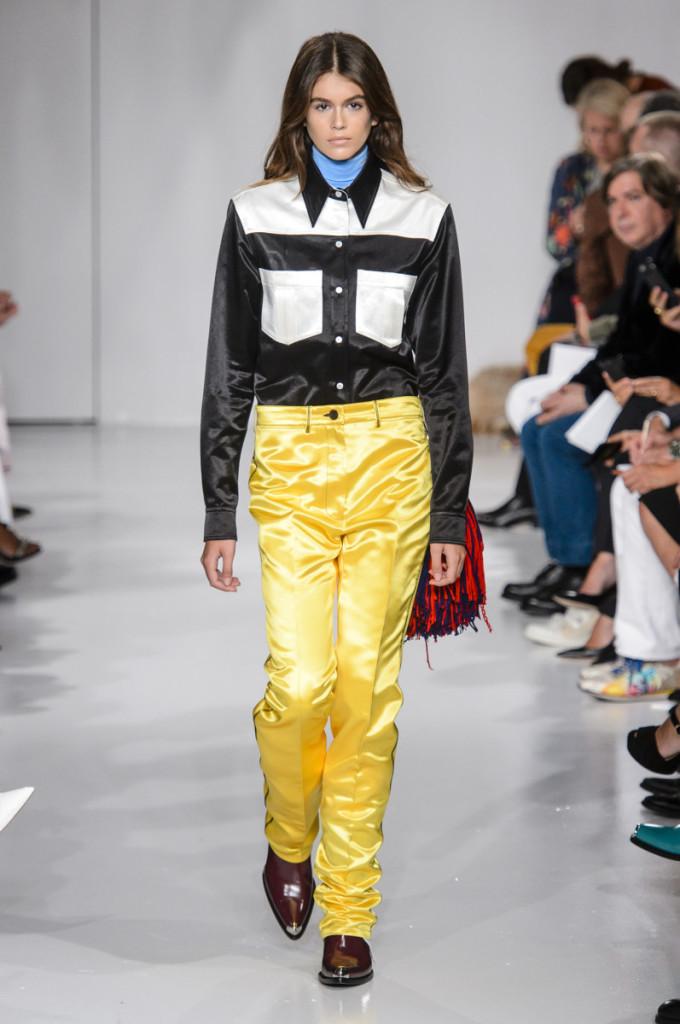 <p> Kaia Gerber xuất hiện trên sàn diễn chuyên nghiệp lần đầu vào ngày 7/9/2017, khi đó cô mới qua 16 tuổi - độ tuổi giới hạn cho nghề người mẫu ở Mỹ. Đó là buổi trình diễn cho bộ sưu tập Xuân Hè 2018 của Calvin Klein. Với đôi chân dài miên man cùng thần thái sắc lạnh, con gái Cindy Crawford ngay lập tức gây chú ý.</p>