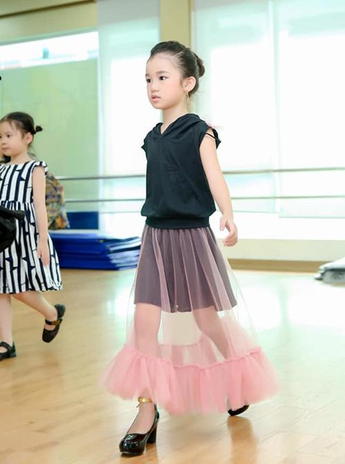 Thời gian rảnh, Bảo Anh được mẹ đưa đến các lò đào tạo nhan sắc và tài năng nhí ở cả Hải Phòng và Hà Nội, sớm tập catwalk trên giày cao gót.