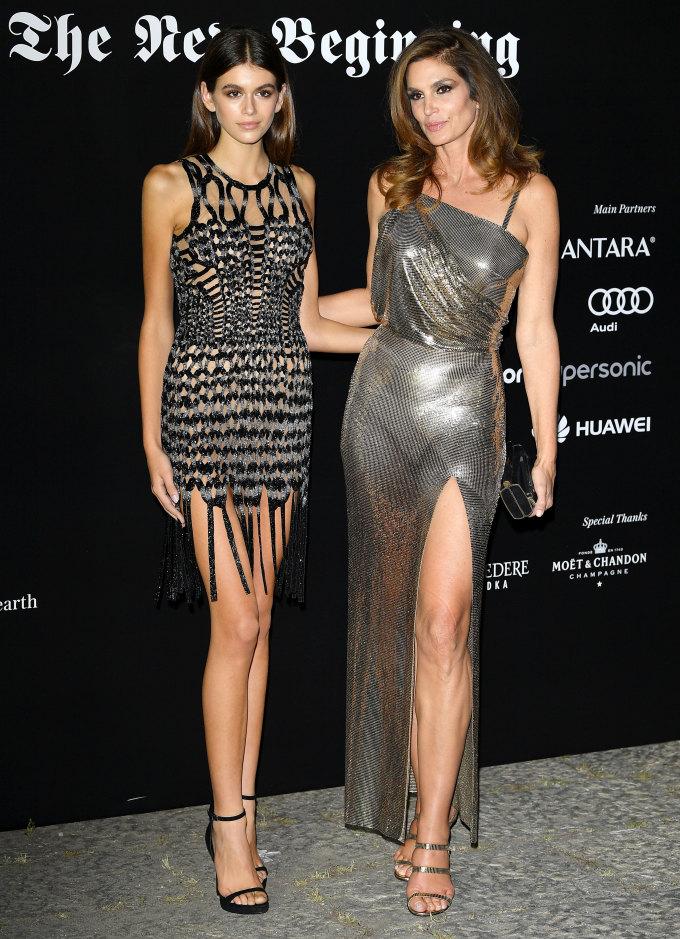"""<p> Kaia Gerber (sinh năm 2001) là con gái của siêu mẫu huyền thoại Cindy Crawford. Cô được mệnh danh là """"bản sao hoàn hảo"""" của mẹ với chiều cao, vóc dáng, vẻ đẹp có nhiều nét tương đồng. Sự nghiệp người mẫu của Kaia hứa hẹn cũng sẽ thành công không kém mẹ với loạt thành tích dày đặc chỉ sau gần 2 năm debut.</p>"""