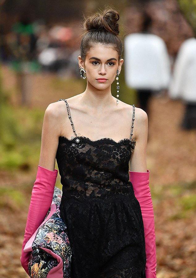 <p> Kể từ đó, sự nghiệp của chân dài 10x lên như diều gặp gió. Cô tiếp tục trở thành cái tên gây chú ý khi mở đầu Tuần lễ thời trang Paris với màn trình diễn cho Chanel vào tháng 10/2017.</p>