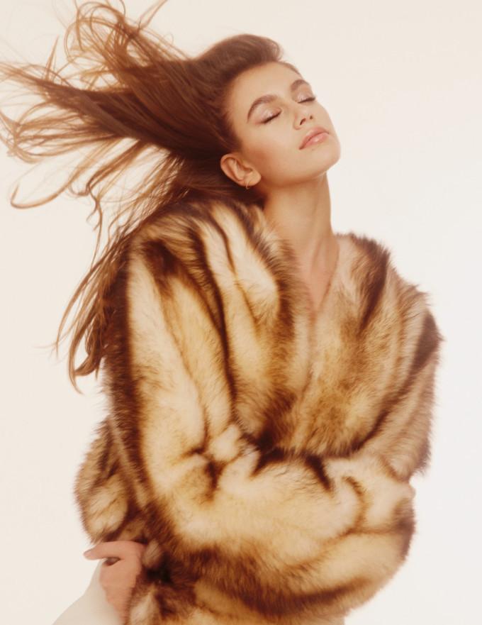 <p> Vẻ đẹp vừa có chút bướng bỉnh, lại vừa ngọt ngào pha trộn nét cổ điển làm nên thương hiệu cho Kaia Gerber. Năm 2018, cô còn hợp tác với Karl Lagerfeld để ra mắt bộ sưu tập KarlxKaia trước khi giám đốc sáng tạo của Chanel qua đời.</p>