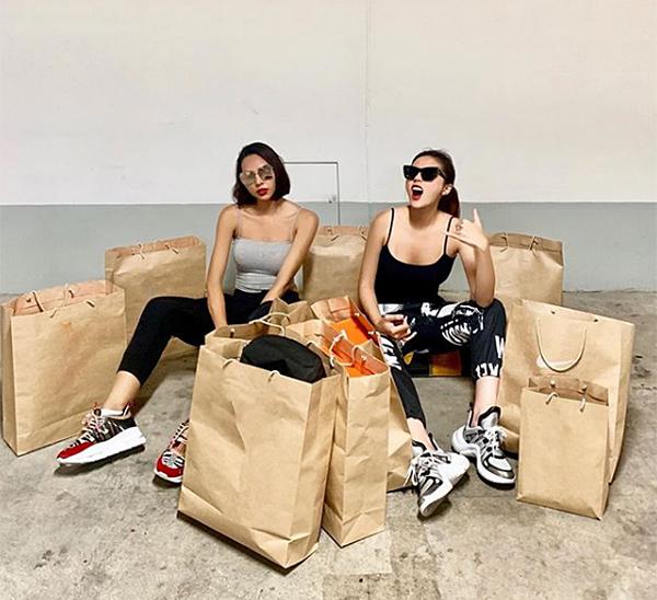 Vừa trở về sau chuyến du lịch sang chảnh ở Bali, Kỳ Duyên - Minh Triệu rủ nhau đi mua sắm. Đôi bạn thân diện phong cách sportytông xuyệt tông, khoe chiến tích sau hàng giờ càn quét là cả chục chiếc túi to nhỏ chứa đầy quần áo, giày dép của một thương hiệu đồ thể thao nổi tiếng.