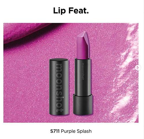 Câyson được Lisa và Jennie sử dụng là Moonshoot Lip Feat S711 Purple Splash với gam tím violet ấn tượng. Chất son semi-matte, khi tô lên không quá lì mà có lớp bóng nhẹ. Giá một thỏi son này khoảng 670k.