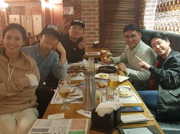 Ji Sung và ekip Defendant rủ nhau đi xem Yuri diễn kịch, tranh thủ tụ tập ăn uống nhân ngày hội ngộ.
