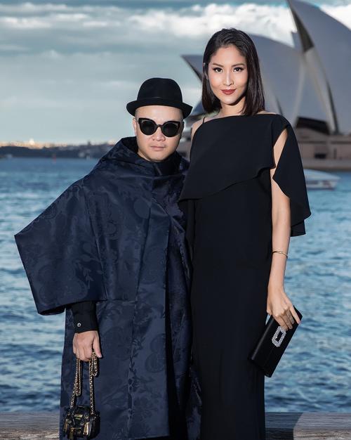 Hoa hậu Hoàn vũ Thái Lan 2007 Farung Yuthithum cũng dành thời gian sang Sydney để dự show lần này của Đỗ Mạnh Cường. Người đẹp diện chiếc đầm đen dài với thiết kế bất đối xứng ở phần vai, vừa kín đáo nhưng cũng vừa quyến rũ bởi những khoảng hở tinh tế.