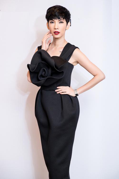Siêu mẫu Xuân Lan với mái tóc ngắn cá tính cùng sắc son đỏ quyến rũ đã mang đến diện mạo mới mẻ cho chiếc váy mang màu sắc nữ tính của Đỗ Mạnh Cường. Thiết kế cũng được nhấn bằng hoạ tiết nơ 3D to bản ở ngực váy.