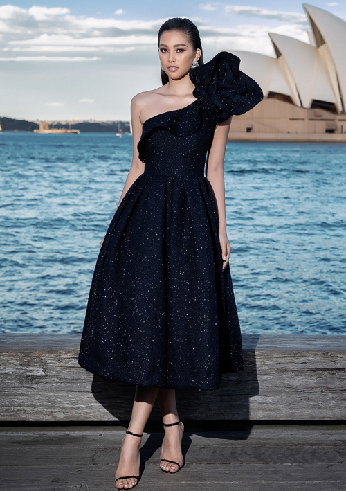 Hoa hậu Việt Nam 2018 Trần Tiểu Vy toả sáng với chiếc đầm xoè màu đen, có chi tiết tạo phom 3D ở cầu vai. Tiểu Vy mang đến sự quyến rũ, sang trọng với kiểu tóc chải ngược, đánh phồng cùng màu môi nude phủ bóng thời thượng.