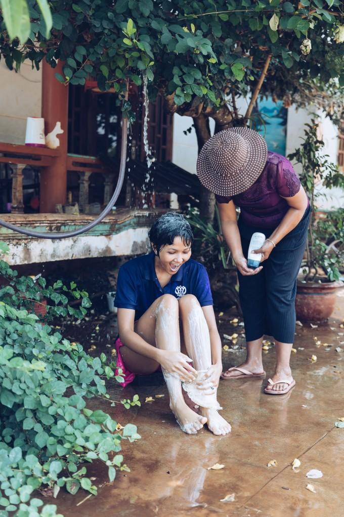 <p> H'Hen Niê có dịp về ghé thăm nhà tại buôn Sứt M'Đưng, xã Cư Suê, huyện Cư M'gar, tỉnh Đắk Lắk hồi đầu tháng 5. Tại đây, cô có những khoảnh khắc bình dị bên mẹ.</p>