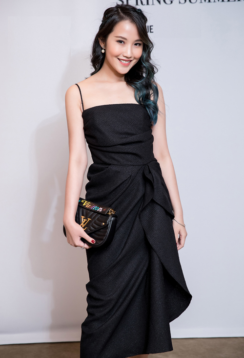 Hotgirl Primmy Trương phối thiết kế màu đen của Đỗ Mạnh Cường cùng túi Louis Vuitton, hoa tai ngọc trai. Mái tóc nhuộm xanh loang màu nhẹ nhàng của Primmy Trương đủ giúp tổng thể trông nổi bật hơn.