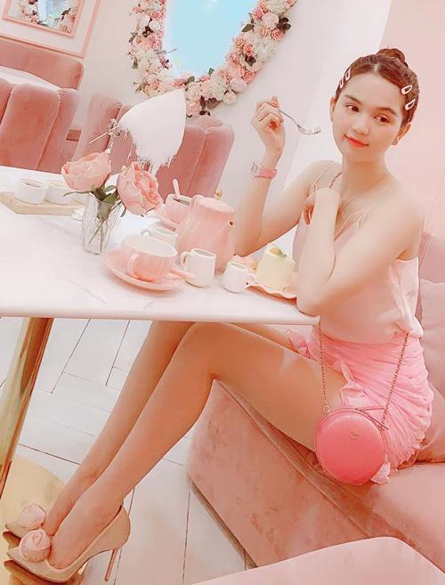 Đã 30 tuổi nhưng người đẹp vẫn thích mặc đồ ngọt ngào từ đầu đến chân.