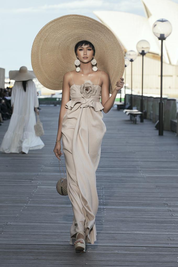 <p> Với chất liệu linen, H'Hen Niê được giao bộ váy dài với phần thân váy có những đường gấp nếp, dún bèo to bản phối cùng hoạ tiết hoa sẫm màu.</p>