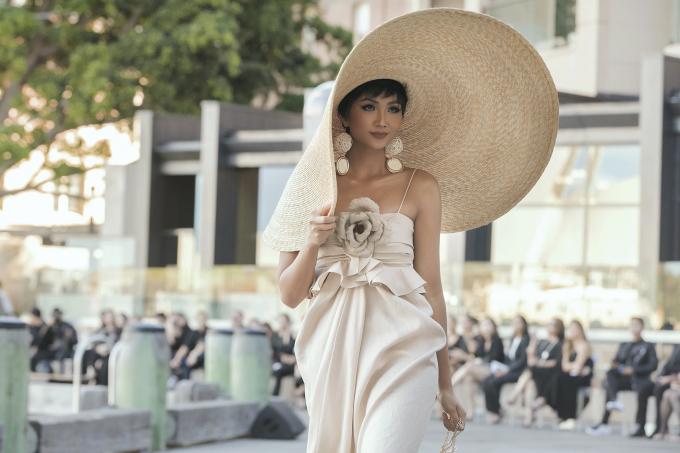 <p> Vẻ đẹp quyến rũ, ngọt ngào giúp H'Hen Niê nhận được những tràng vỗ tay tán thưởng.</p>