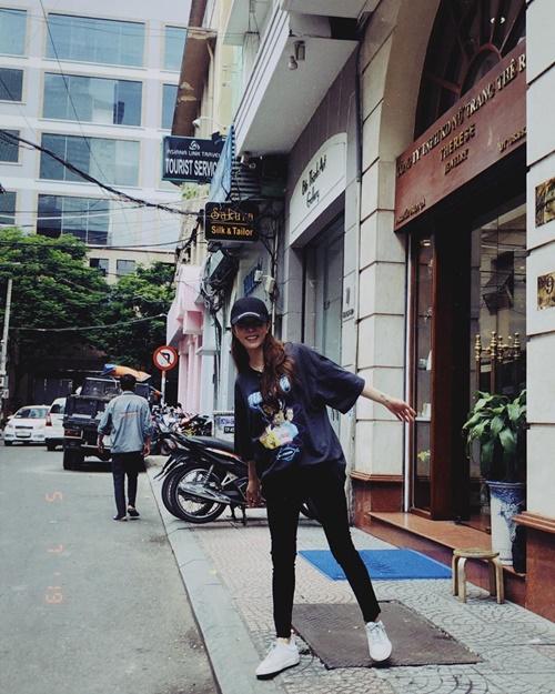 BoA tung tăng tạo dáng trên đường phố Việt Nam. Cô nàng cho hay đã có khoảng thời gian tuyệt vời ở dải đất hình chữ S và hy vọng sẽ sớm gặp các fan trong một lịch trình chính thức.