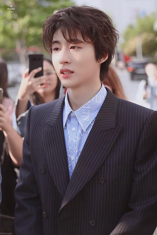 B.I là trưởng nhóm iKON. Anh sinh năm 1996.