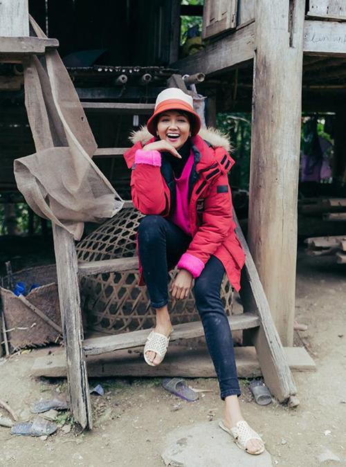 <p> Đi từ thiện tại Sơn La, H'Hen Niê ăn mặc giản dị. Cô đội mũ cũ, đi dép tổ ong.</p>