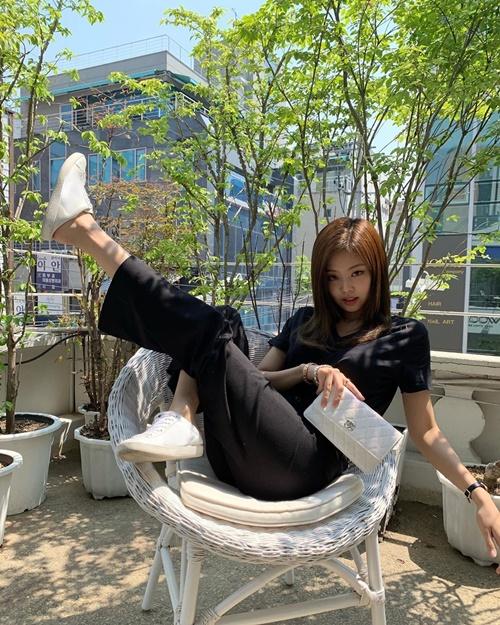 Jennie ngồi đá chân điệu đà như đang chụp hình quảng cáo hay tạp chí.