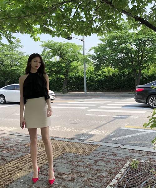 Park Ji Yeon khoe chân thon nhỏ, xinh đẹp trong ảnh chụp đời thường.