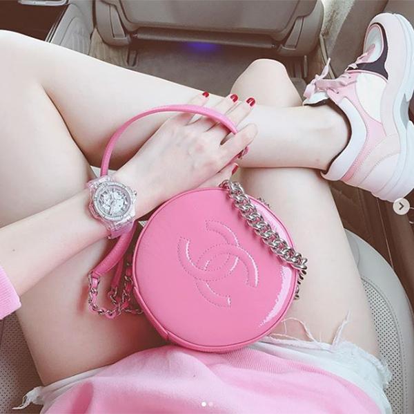 Ngoài số lượng lớn giày dép, túi xách, Ngọc Trinh còn sở hữu những chiếc đồng hồ cũng có màu hồng. Đắt giá nhất trong đó là thiết kế Hublot, giá 1,5 tỷ đồng.