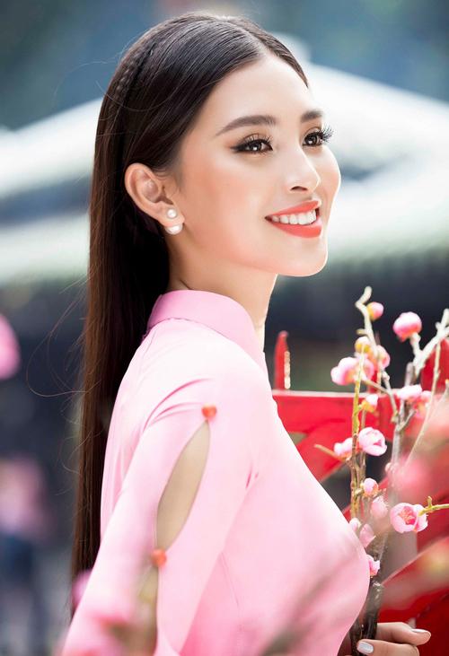 Gắn bó với cách trang điểm kiểu Tây nhưng thực tế, Tiểu Vy cũng rất xinh đẹp khi được tô những sắc son đậm như cam.