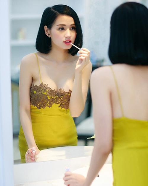 Thiết kế váy lụa trễ nải với phần hai dây mỏng manh tôn lên vẻ quyến rũ của Tâm Tít.