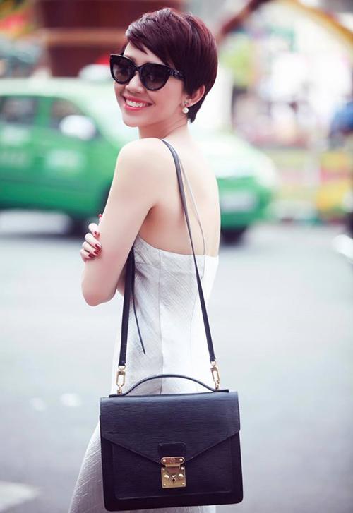 Tóc Tiên rất ưa chuộng kiểu váy lụa lấy cảm hứng từ thời trang phòng ngủ với phần dây thiếu chắc chắn.