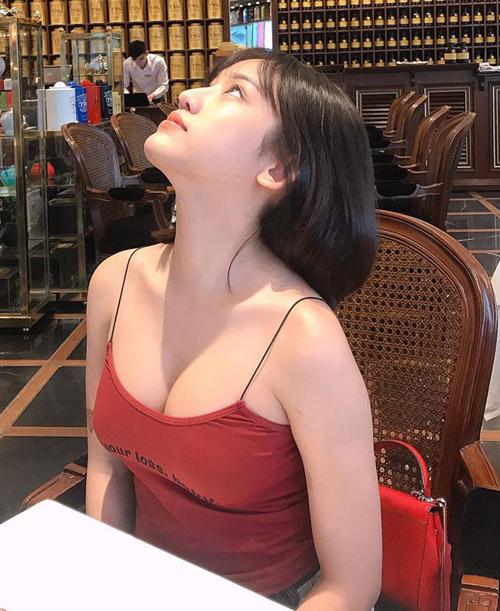 Dây áo của Thúy Vi trông có như không vì quá mảnh mai so với vòng một ngồn ngộn của cô nàng.