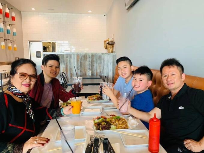 <p> Bằng Kiều chia sẻ hình ảnh cả gia đình đi chơi vui vẻ. Anh gửi lời chúc đến mẹ mình và tất cả các bà mẹ trên thế giới.</p>
