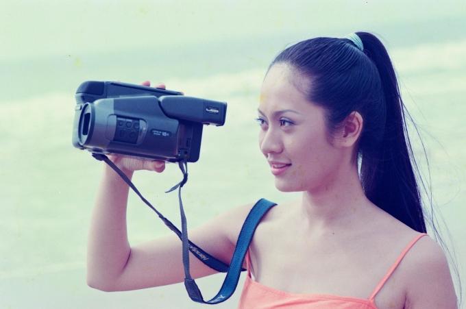 <p> Mới đây, đạo diễn Vũ Ngọc Đãng chia sẻ lại hình ảnh từng chụp hậu trường trong các MV, bộ phim nổi tiếng của các diễn viên, người mẫu đình đám một thời từng cộng tác với anh. Trong hình là diễn viên Thanh Thúy. Cô khoe nhan sắc mộc mạc khi đóng vai nữ chính trong MV đầu tay của ca sĩ Hàn Thái Tú, được quay vào năm 2003.</p>