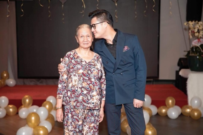 """<p> Quang Dũng đăng tải hình ảnh bên cạnh mẹ và nhắn nhủ: """"Mẹ là duy nhất"""".</p>"""