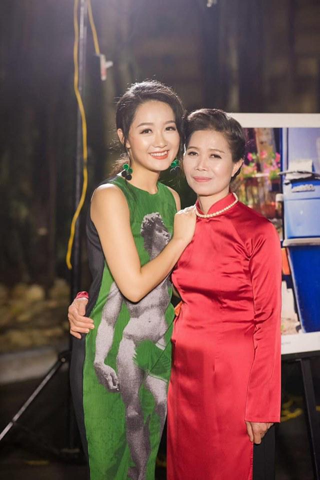 """<p> Thu Hà đăng hình mặc áo dài cạnh mẹ. Cô chia sẻ: """"Với con mỗi ngày đều là ngày của mẹ"""".</p>"""