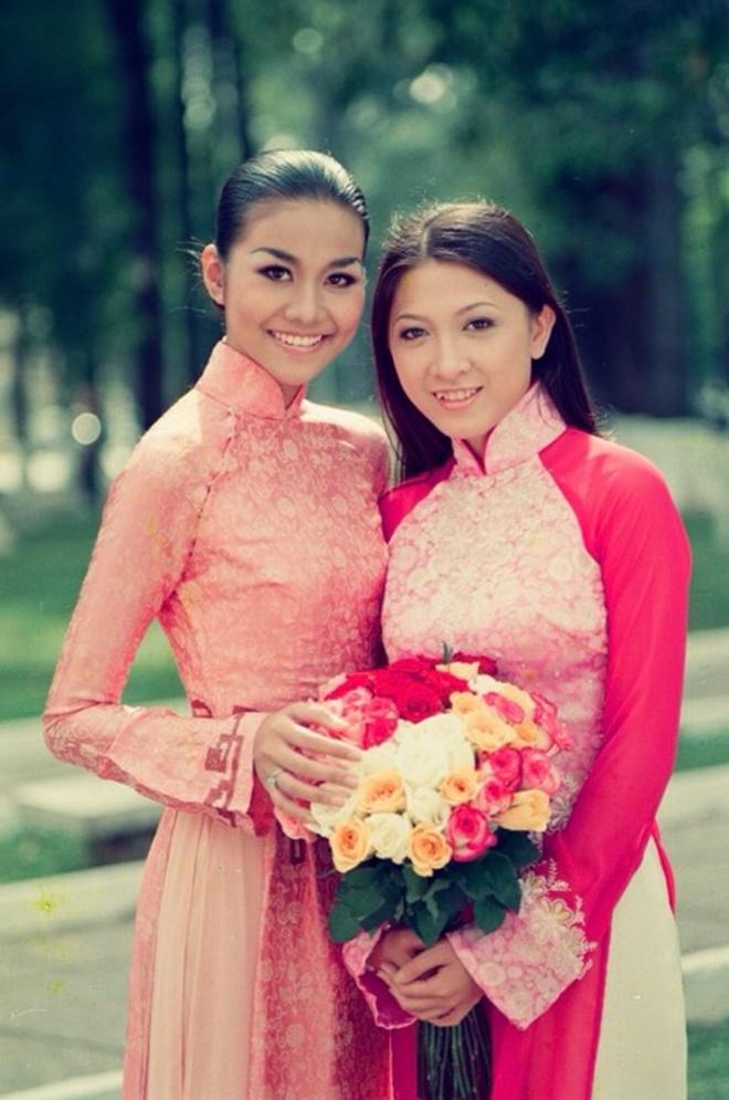 <p> Thanh Hằng chụp hình cùng Như Cầm thời mới đăng quang hoa hậu.</p>